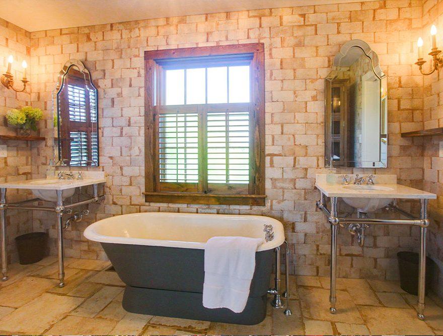 The Lodge Bath - Lexington, VA Place to Stay